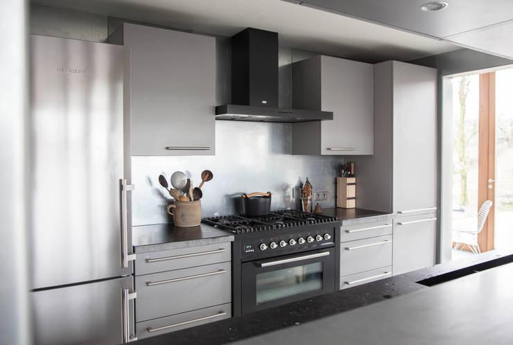 Minimalistisch keuk ontwerp:  Keuken door JEANNE DEKKERS ARCHITECTUUR, Landelijk Metaal