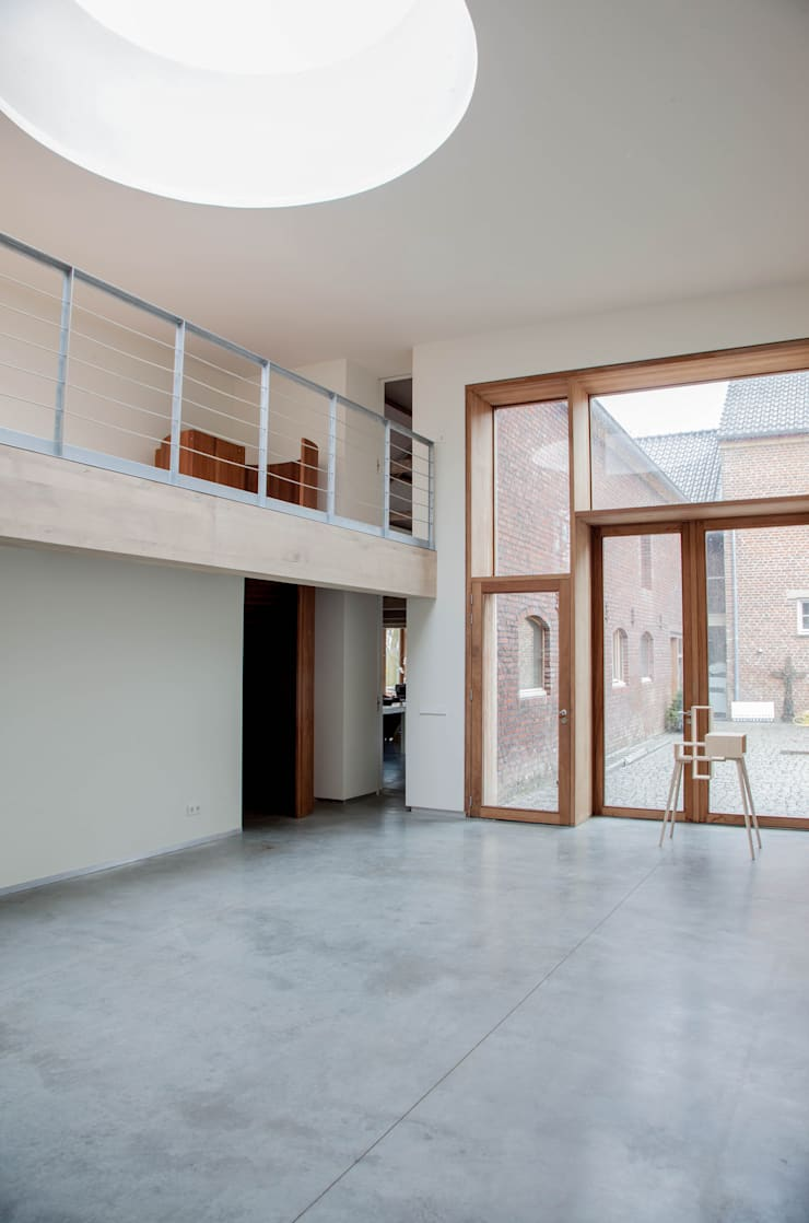 Hoge expositie ruimte:  Studeerkamer/kantoor door JEANNE DEKKERS ARCHITECTUUR, Landelijk Beton