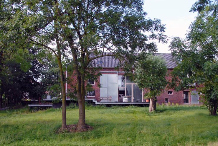 Jeanne Dekkers Architectuur verbouwd traditionele boerderij op bijzondere manier :  Tuin door JEANNE DEKKERS ARCHITECTUUR, Landelijk Steen