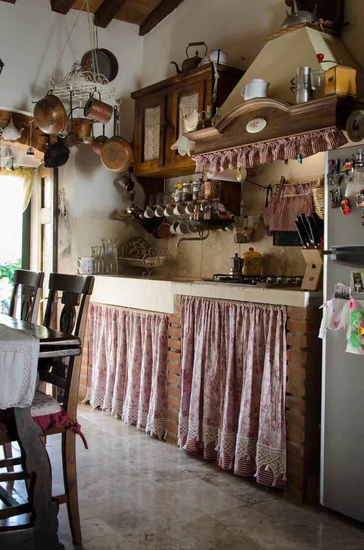 Cucina in pietra dallo stile country von Pietre di Rapolano ...
