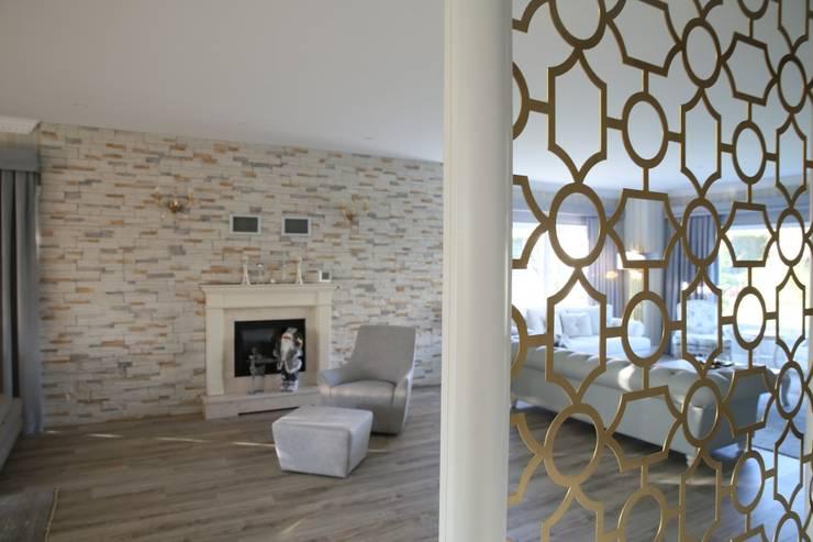 Pasillos y vestíbulos de estilo  por Aykuthall Architectural Interiors