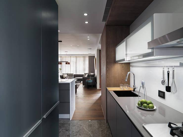山.嵐:  廚房 by 木皆空間設計