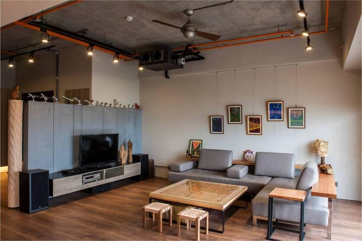 輕工業風:  客廳 by 木皆空間設計