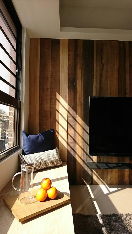 自在生活:  客廳 by 木皆空間設計