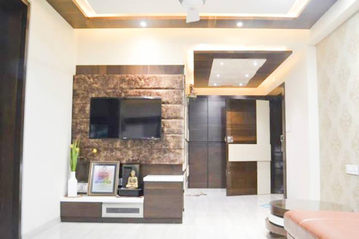 Residence of Mr Mukesh Shah:  Living room by Sanchi Shah