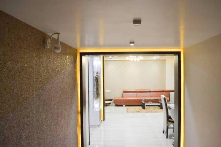 Residence of Mr Mukesh Shah:  Corridor & hallway by Sanchi Shah