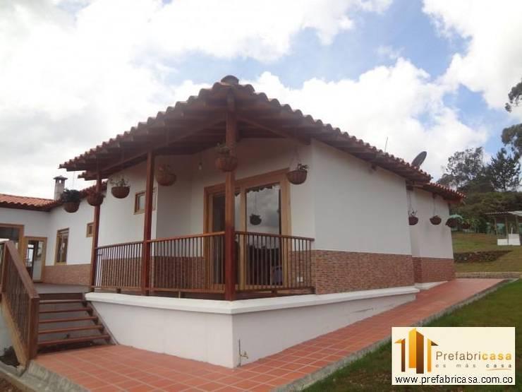 Casas de estilo rústico por PREFABRICASA