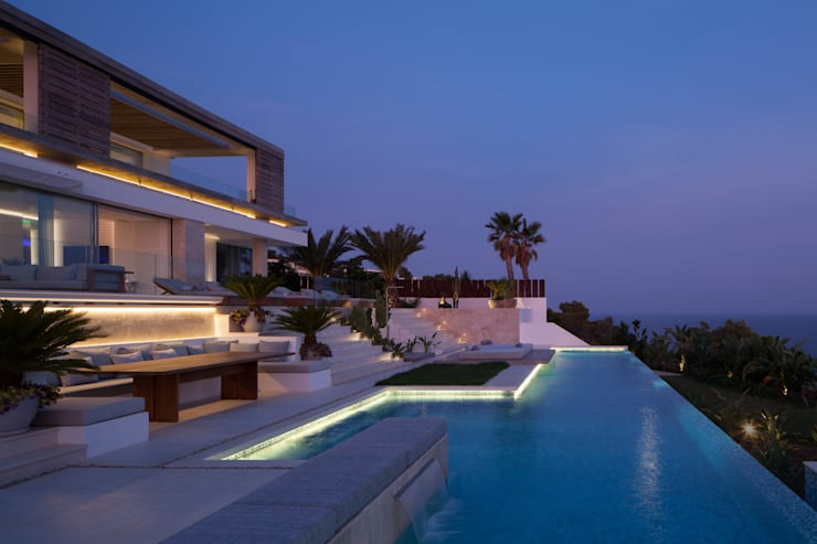 Roca Llisa:  Pool by ARRCC, Modern