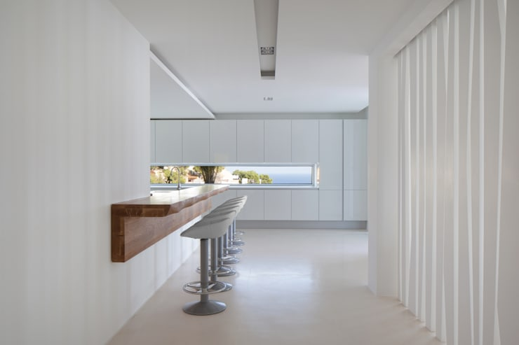 Roca Llisa: modern Kitchen by ARRCC