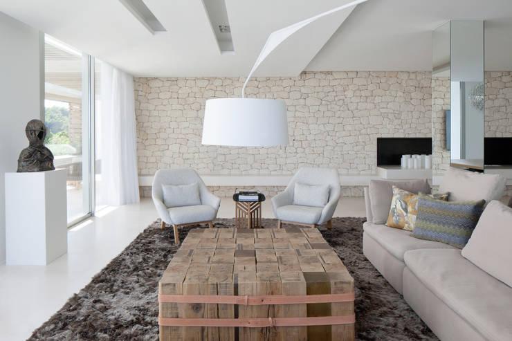 Roca Llisa:  Living room by ARRCC