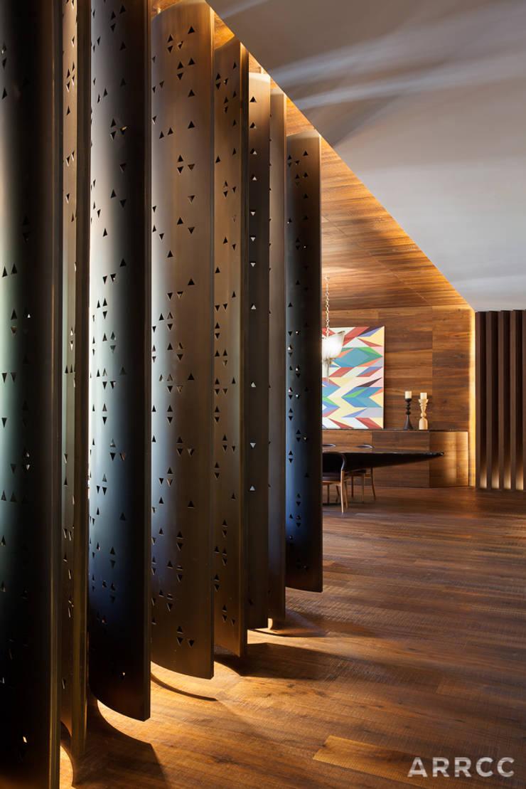 Barcelona Apartment:  Corridor & hallway by ARRCC