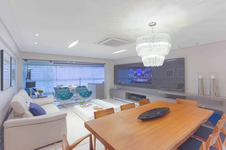 Espelho, espelho meu: Salas de estar modernas por Ju Nejaim Arquitetura