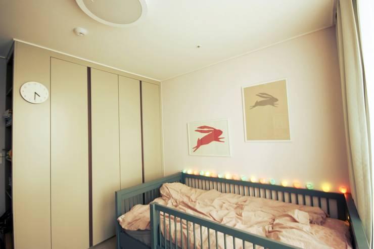 [홈라떼] 동탄 34평 새아파트 홈스타일링 - 아이방: homelatte의  아이방