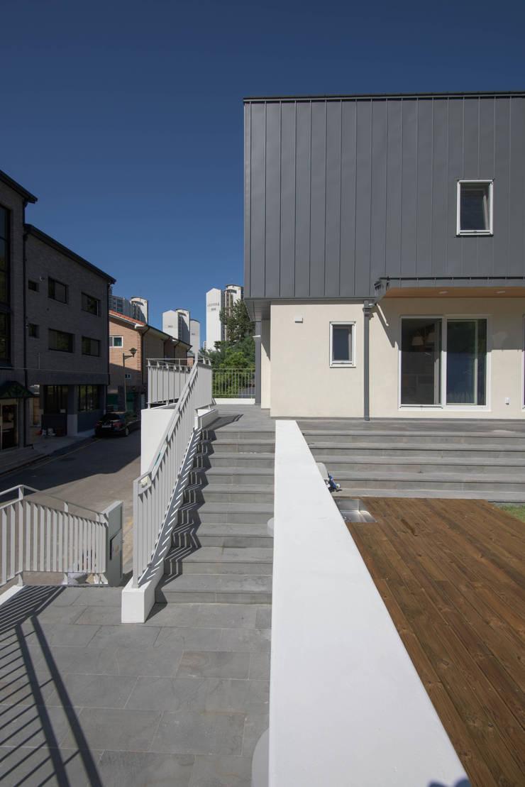 외부전경5(출입계단): 건축사사무소 재귀당의  주택
