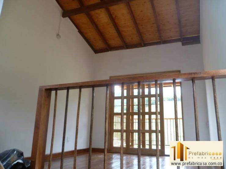 Casa pre fabricada en bogotá 2: Pasillos y vestíbulos de estilo  por PREFABRICASA