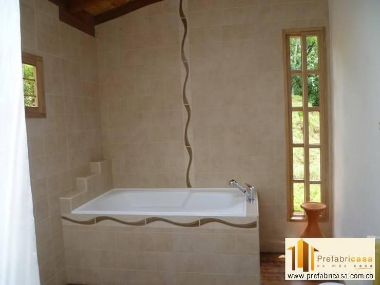 Baños de estilo moderno por PREFABRICASA