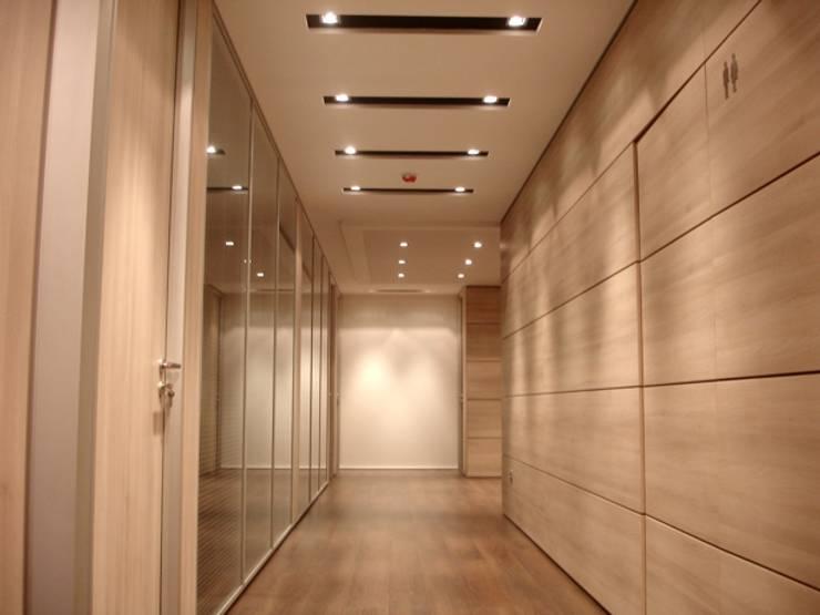 Acesso às salas de reuniões: Escritórios  por Área77 - arquitectura, engenharia e design, lda