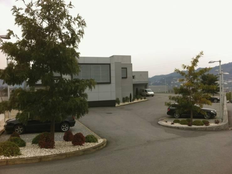 Exteriores: Escritórios  por Área77 - arquitectura, engenharia e design, lda