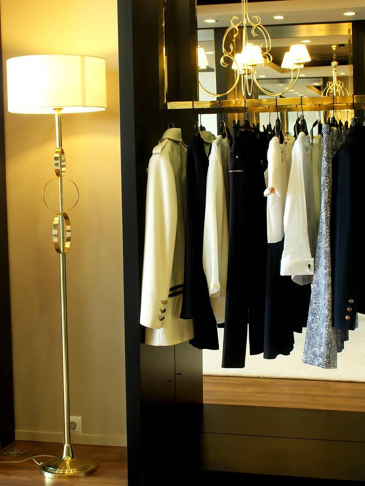 Loja de vestuário Beauty & Classy: Escritório e loja  por Área77 - arquitectura, engenharia e design, lda