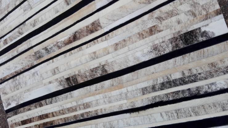 Alfombra patchwork de cuero vacuno diseño Raíz: Livings de estilo  por Cusco Custom Cuero