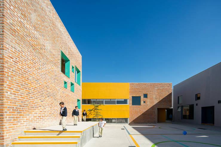 Taleny School: Terrazas de estilo  por ARO estudio