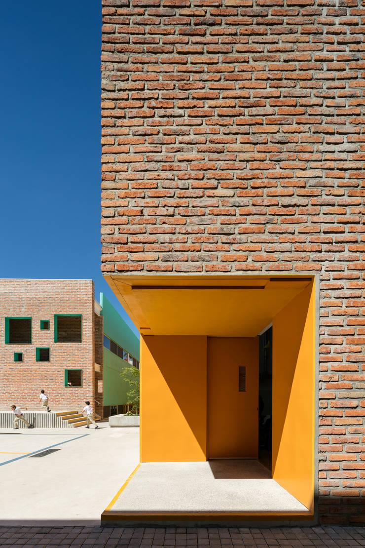 Taleny School: Jardines de invierno de estilo  por ARO estudio