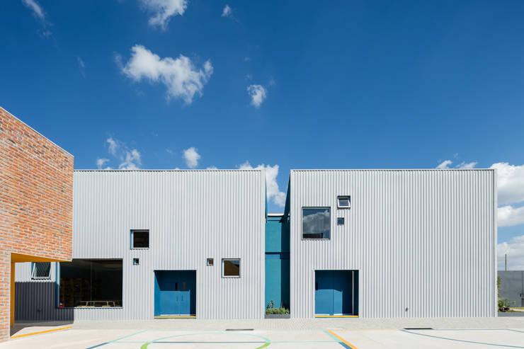Taleny School: Ventanas de estilo  por ARO estudio