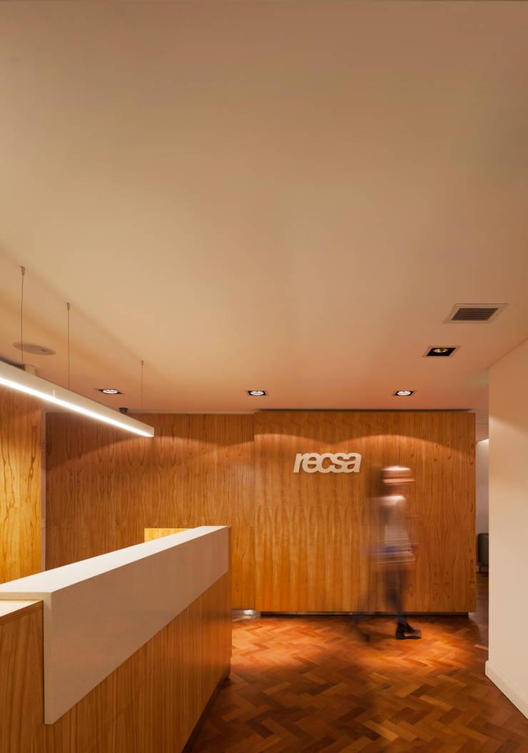 Recsa Argentina: Estudios y oficinas de estilo  por Estudio Primal