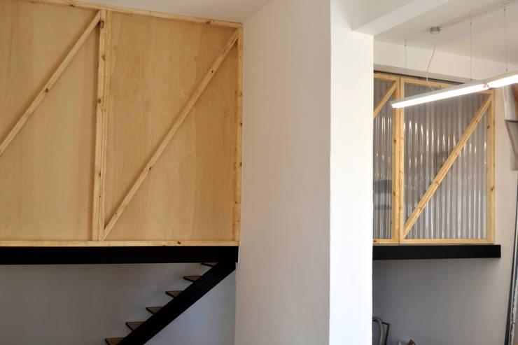 Taller / vivienda MO: Estudios y oficinas de estilo  por Estudio Primal