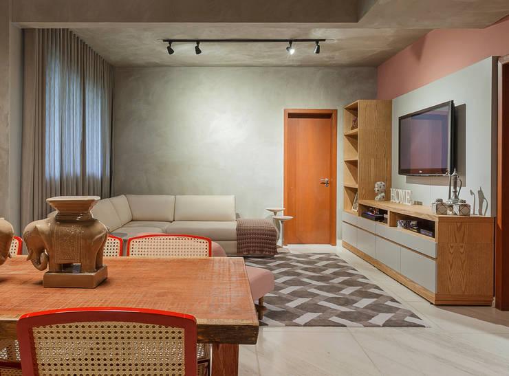 Estar com tv: Salas de estar industriais por Jacqueline Ortega Design de Ambientes