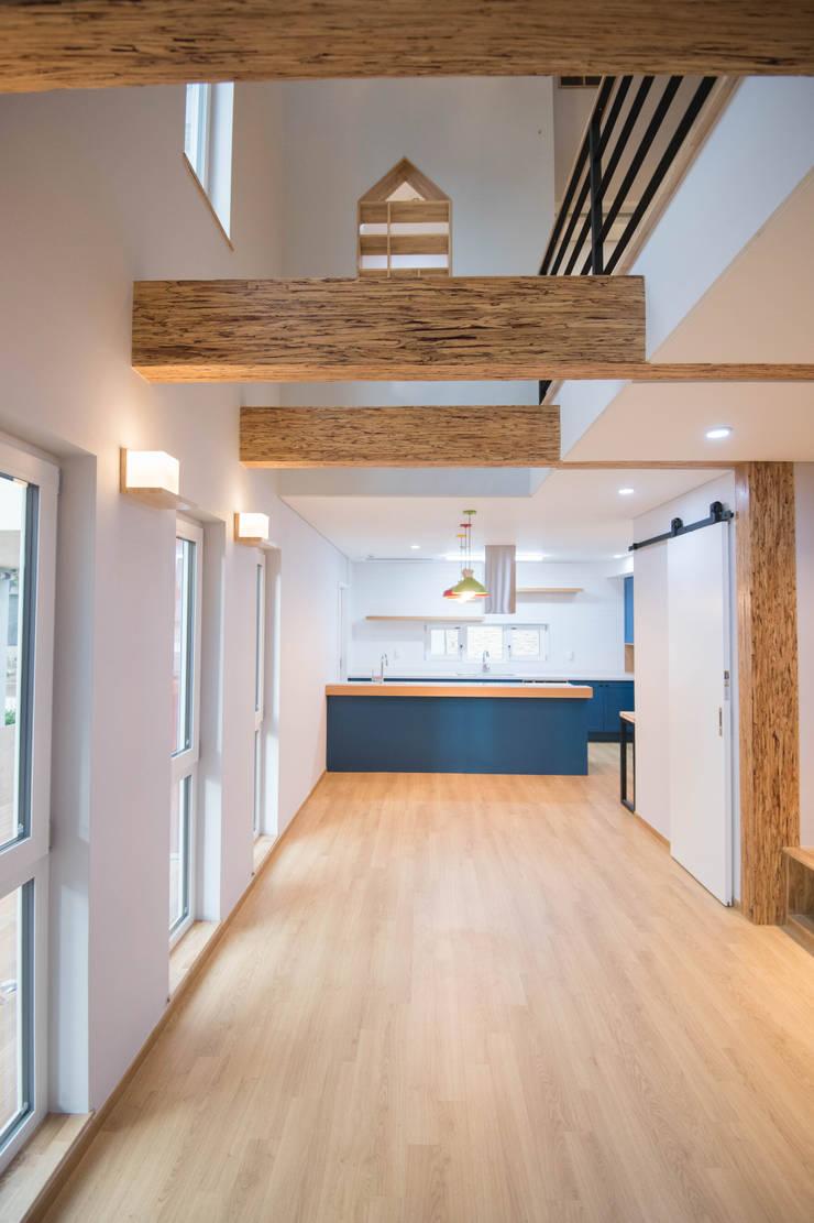 Living room by 건축사사무소 재귀당