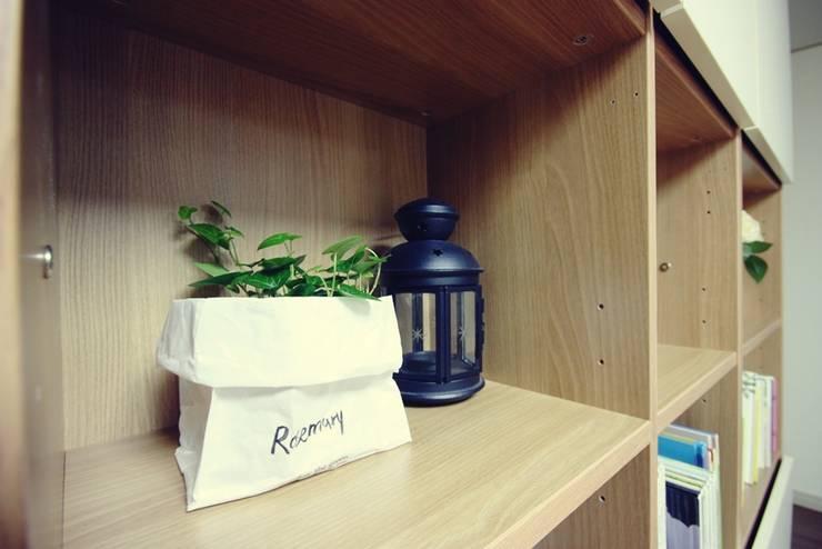 [홈라떼] 기존 가구 활용해 아늑한 집 꾸미기 - 거실: homelatte의  거실