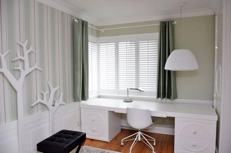 Zasłona w pokoju nastolatki: styl , w kategorii Okna zaprojektowany przez Gama Styl