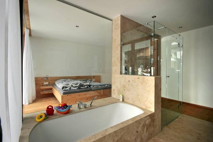 Projekty,  Łazienka zaprojektowane przez BESTO ZT GMBH_ Architekt DI Bernhard Stoehr