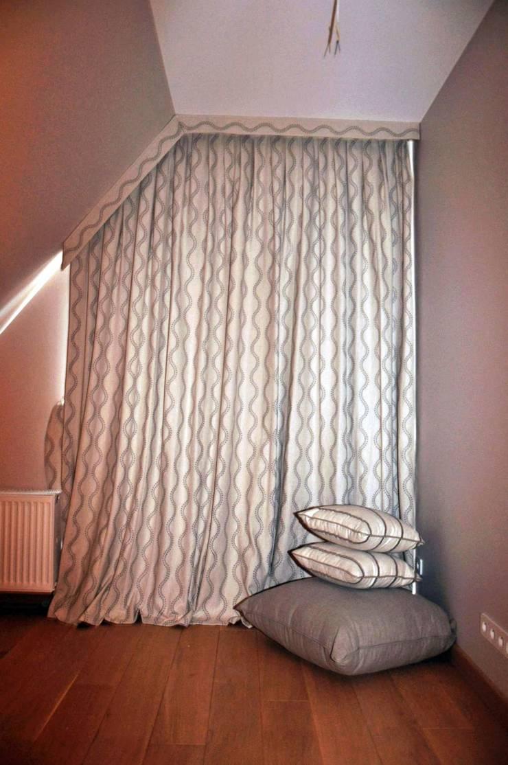 Zasłony lniane w sypialni: styl , w kategorii Okna zaprojektowany przez Gama Styl
