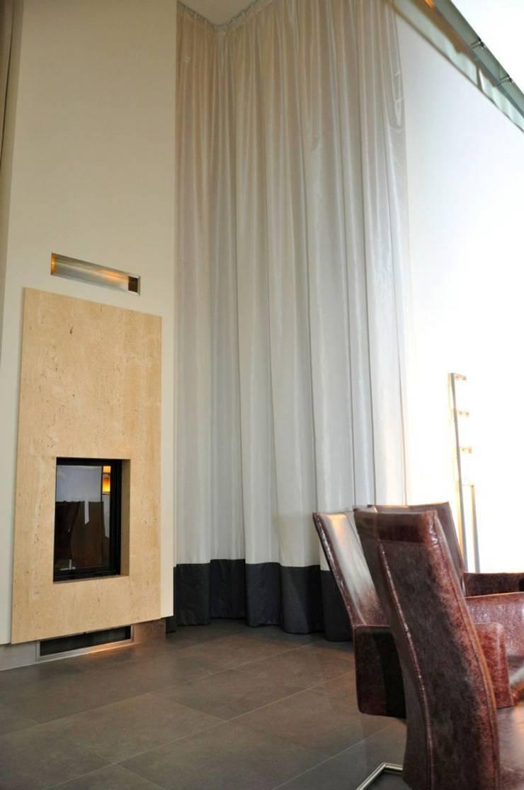 Zasłony w wysokich pomieszczeniach: styl , w kategorii Salon zaprojektowany przez Gama Styl
