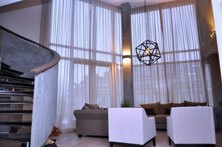 Firano-zasłony w bardzo wysokim pomieszczeniu: styl , w kategorii Salon zaprojektowany przez Gama Styl