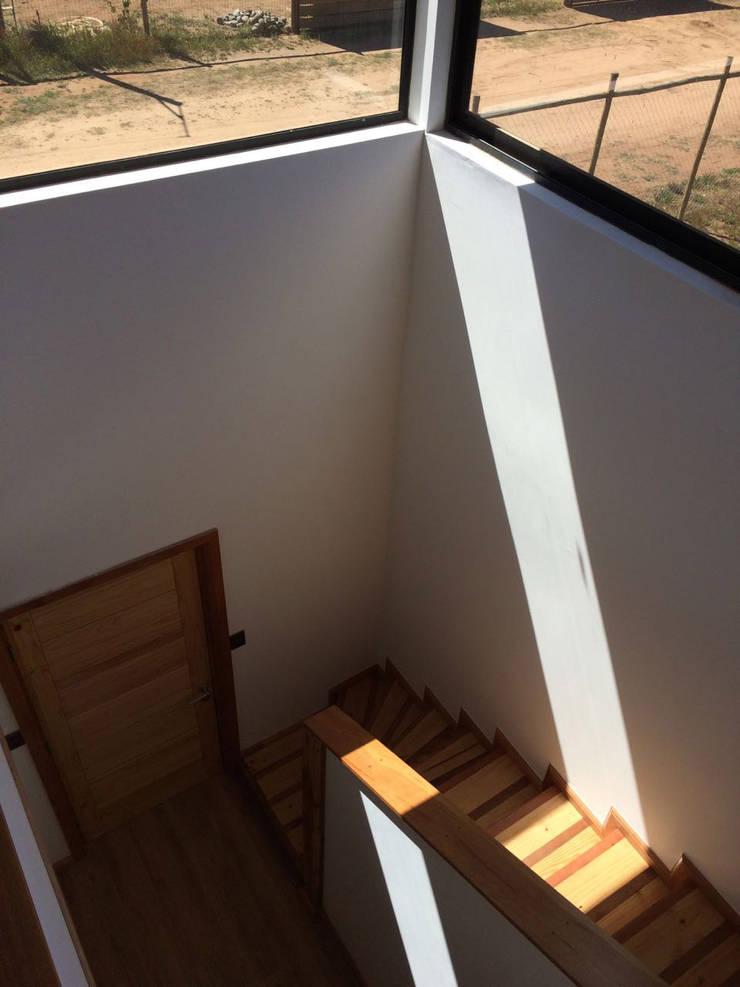 Escalera: Pasillos y hall de entrada de estilo  por Lares Arquitectura