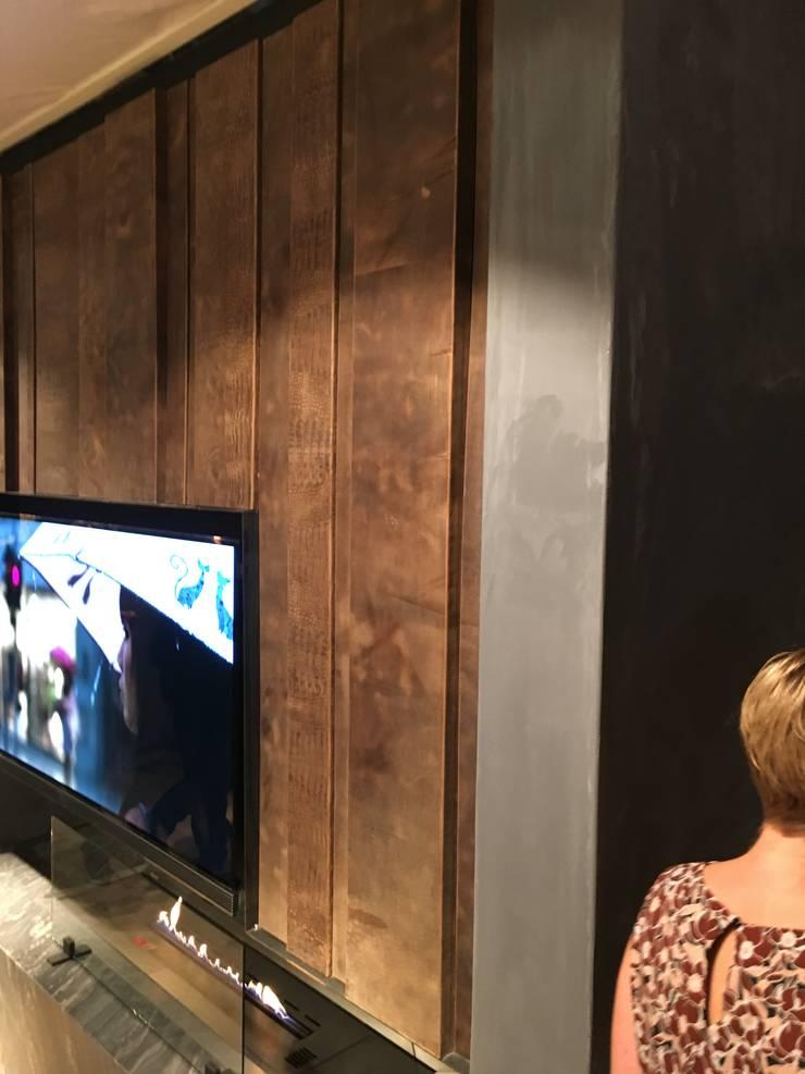 Haard/TV wand uitgevoerd in fraai tuigleder profielen:  Eetkamer door Cools Bekledingen bv
