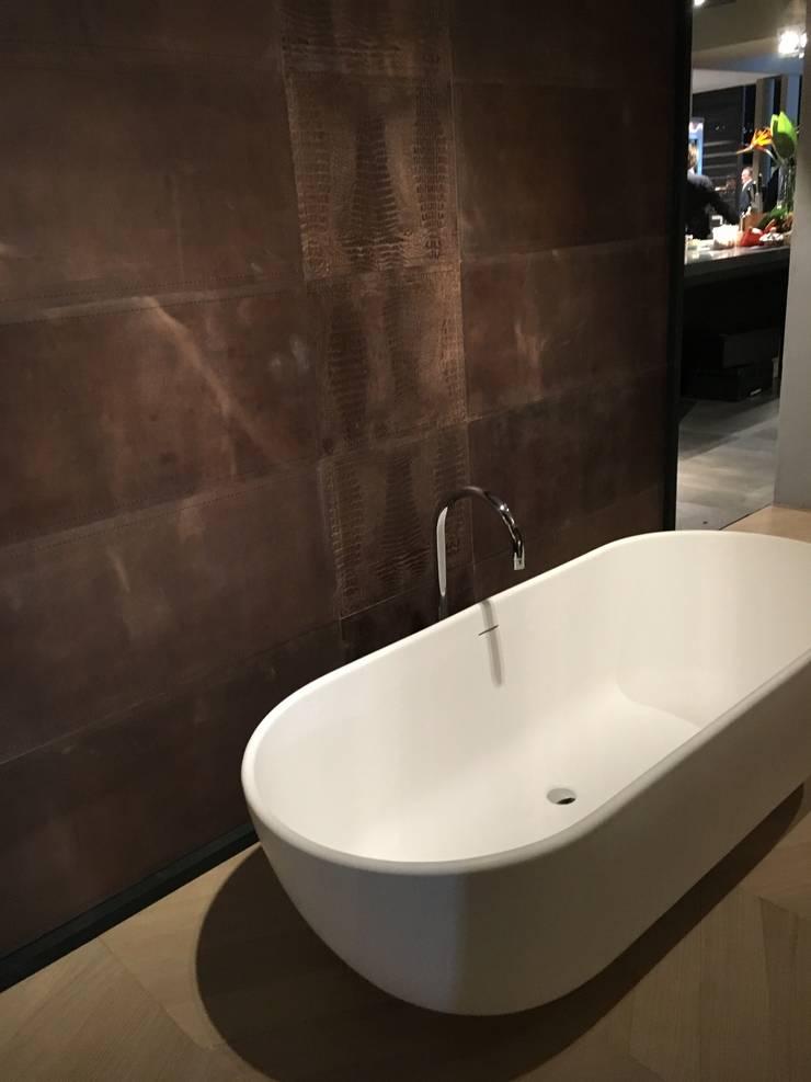 Bad achterwand uitgevoerd in fraai tuigleder:  Badkamer door Cools Bekledingen bv