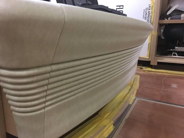 3D geprint bedombouw, gestoffeerd in spinneybeck leer:  Slaapkamer door Cools Bekledingen bv