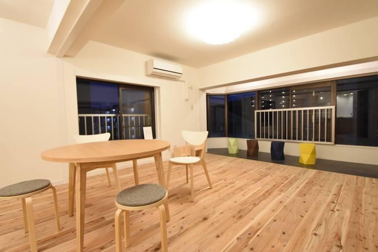 外の景色を取り込んだ自然素材空間: 合同会社negla設計室が手掛けたスカンジナビアです。,北欧