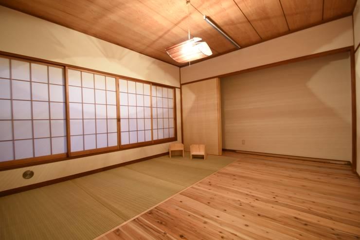 畳スペースを用いることで暮らしやすさを重視した寝室: 合同会社negla設計室が手掛けたスカンジナビアです。,北欧