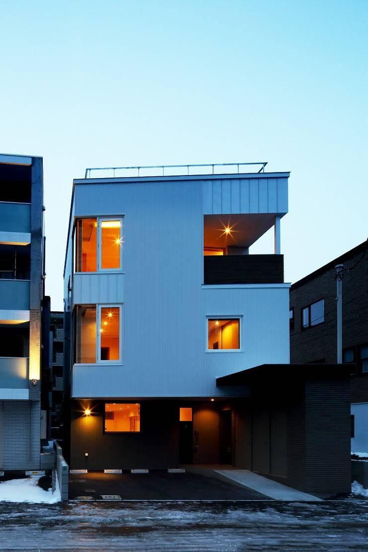 Casas de estilo  de 富谷洋介建築設計, Moderno