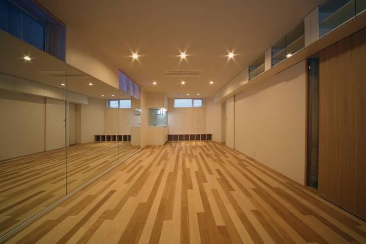 Salas multimedia de estilo  de 富谷洋介建築設計, Moderno