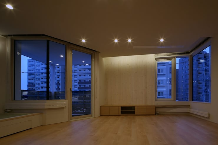 Salones de estilo  de 富谷洋介建築設計, Moderno