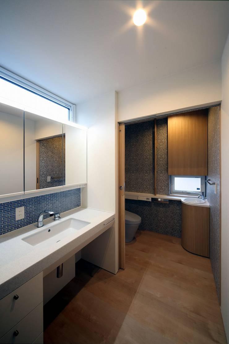 Baños de estilo  de 富谷洋介建築設計, Moderno
