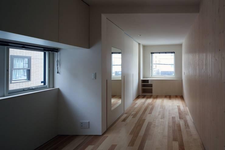 Dormitorios de estilo  de 富谷洋介建築設計, Moderno