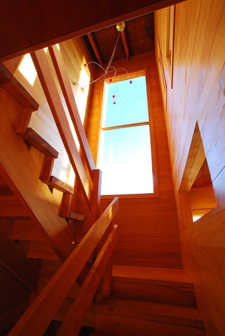 Casa Muelle: Pasillos y hall de entrada de estilo  por Jonás Retamal Arquitectos