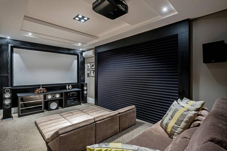 Salas / recibidores de estilo moderno por TRÍADE ARQUITETURA